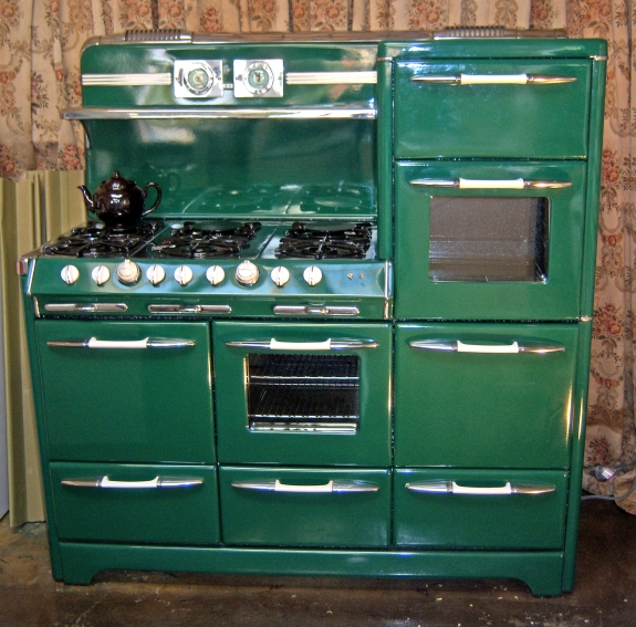 1952 6 Burners 2 Ovens 2 Large Broilers Warming Oven 2 Storage Drawers Clock and more